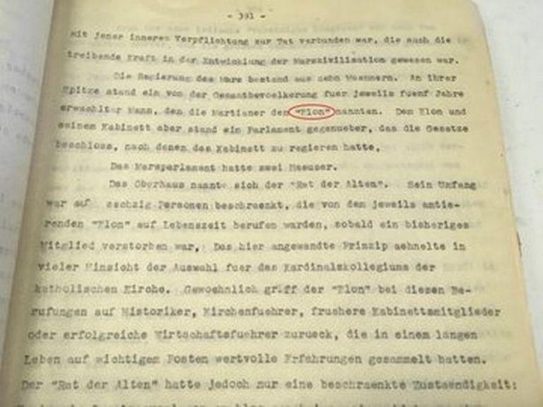 """Un hoja mecanografiada del libro de Von Braun donde se destaca la mención del nombre """"Elon"""""""