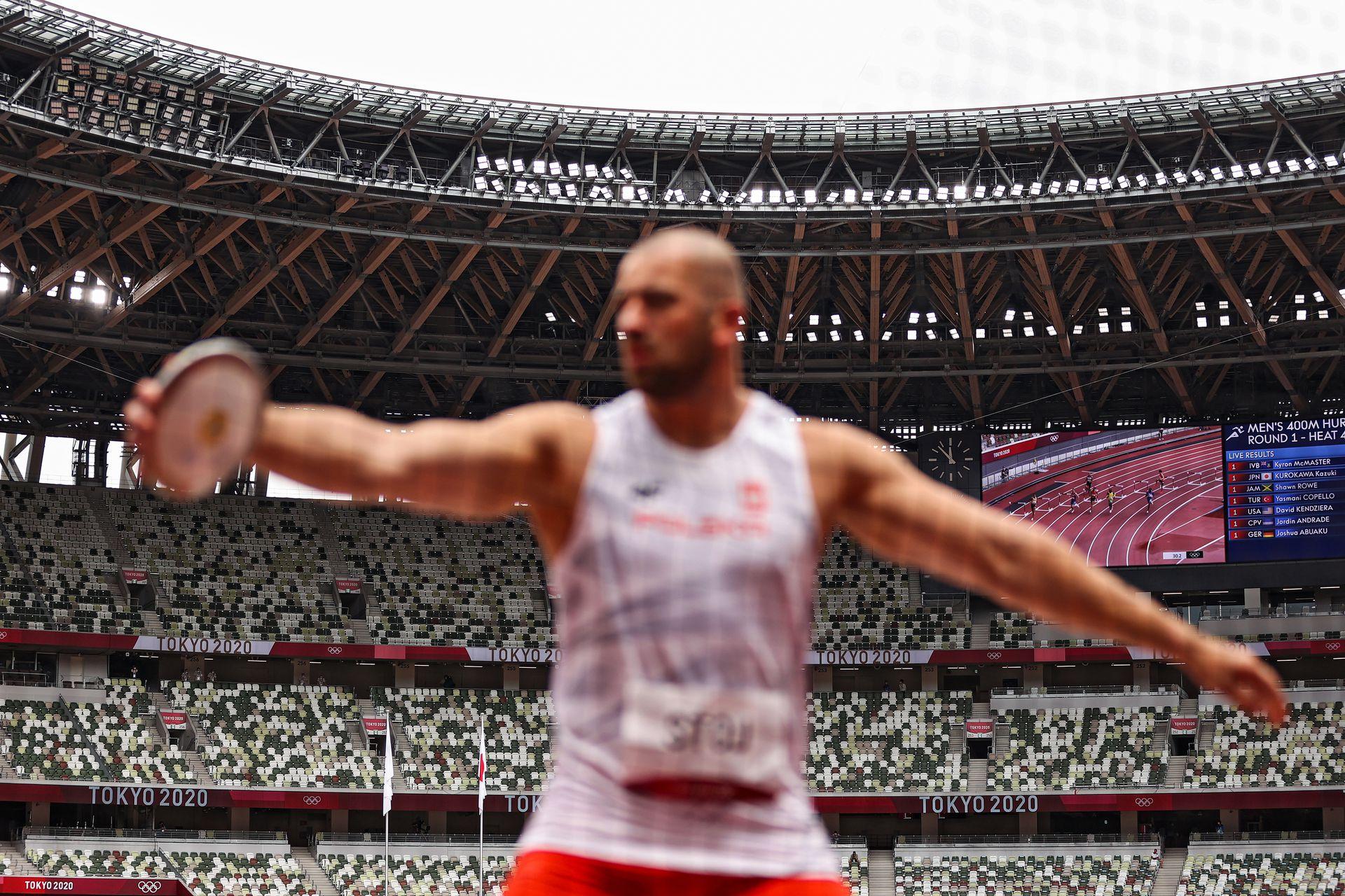 Las tribunas están vacías debido a la pandemia de Covid-19, ya que Bartlomiej Stoj del equipo de Polonia compite en la clasificación de disco masculino, el día siete de los Juegos Olímpicos de Tokio 2020