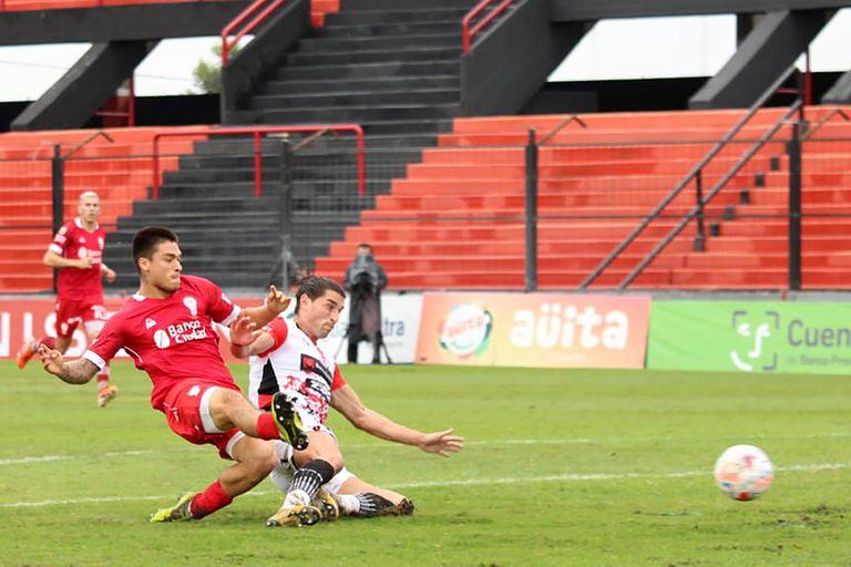 Pablo Oro, de 18 años e ingresado un rato antes, consigue a los 28 minutos del segundo tiempo el gol con el que Huracán venció a Patronato y su primera victoria luego de nueve compromisos.