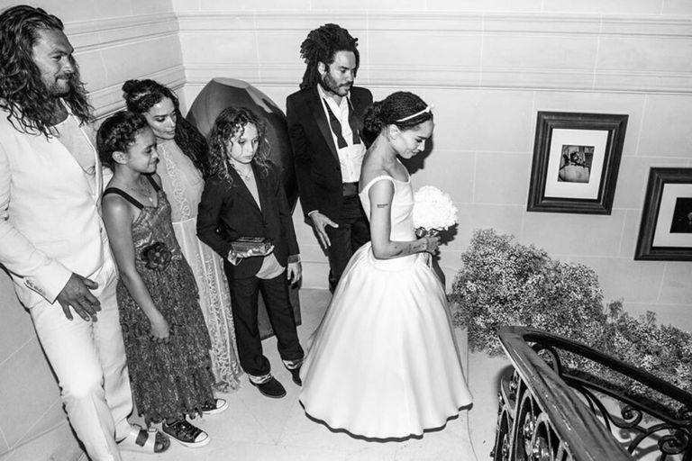 Zoe en su casamiento rodeada de sus padres, Lenny Kravitz y Lisa Bonet, de su padrastro Jason Momoa y de sus hermanastros, Nakoa-Wolf Manakauapo Namakaeha y Lola Iolani Momoa