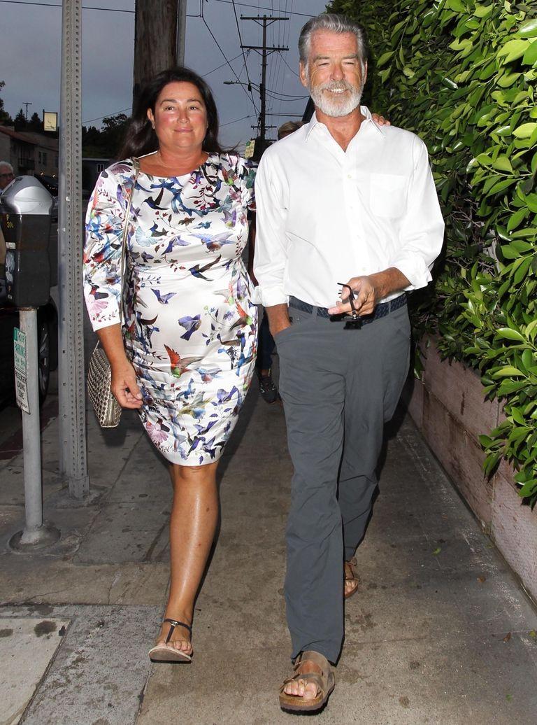 Pierde Brosnan junto a su mujer entrando a un restaurante italiano en Los Ángeles