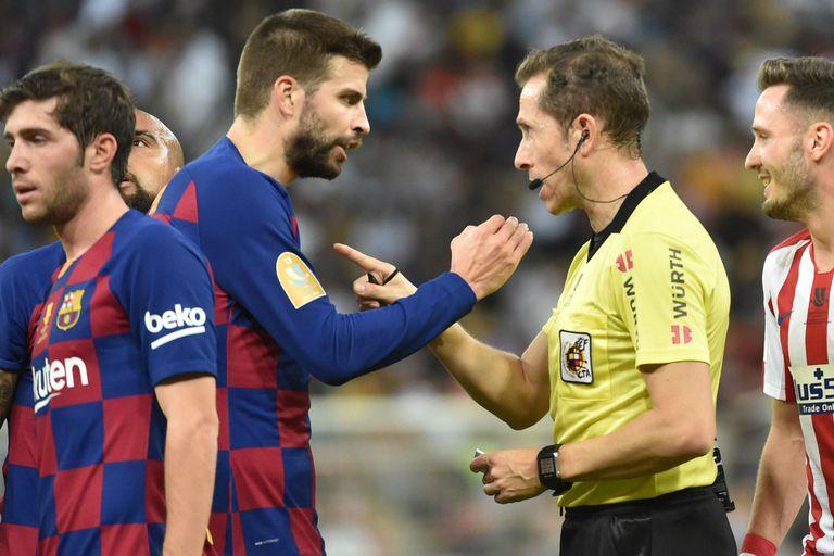 La discusión entre Piqué y el árbitro González González, tras el gol anulado al central