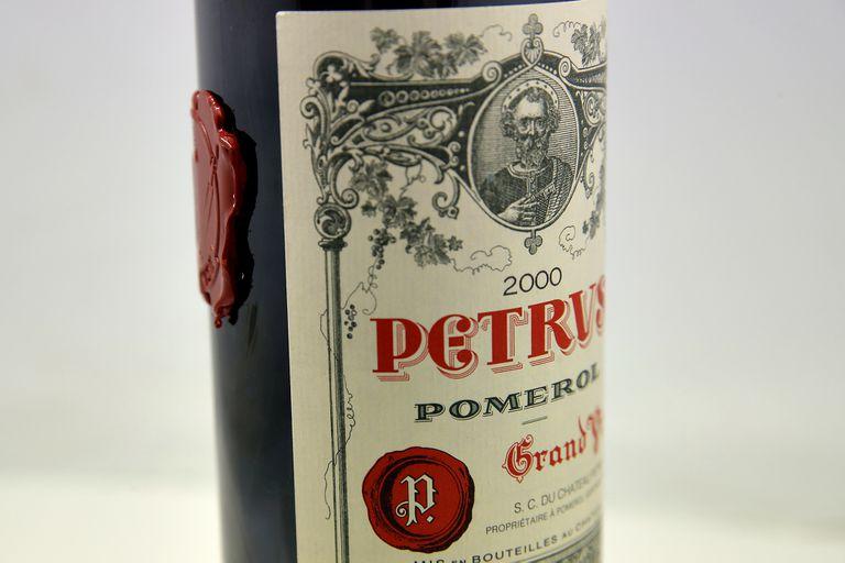 Una botella de vino Petrus que fue añejado en el espacio se exhibe en el Instituto de Ciencias de la Viña y el Vino de la Universidad de Burdeos, en las afueras de Burdeos, suroeste de Francia