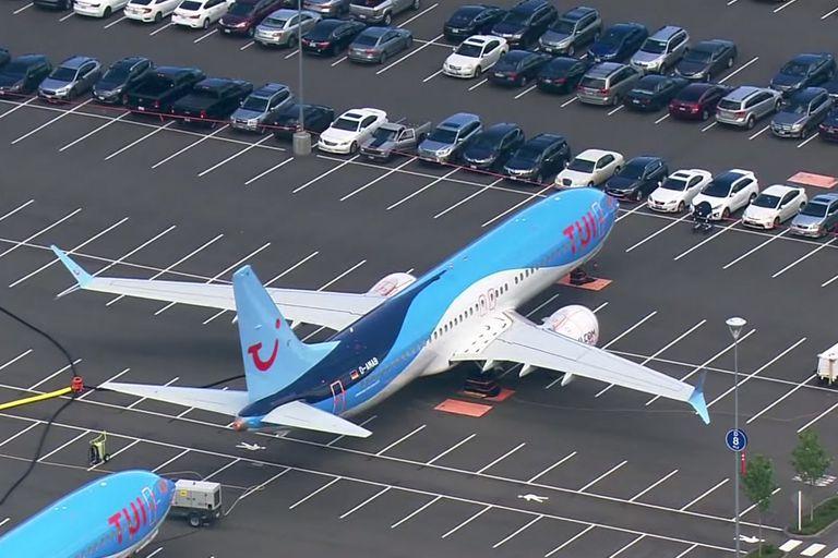 Los 787 Max de Boeing esperan el OK para volar en un estacionamiento para autos