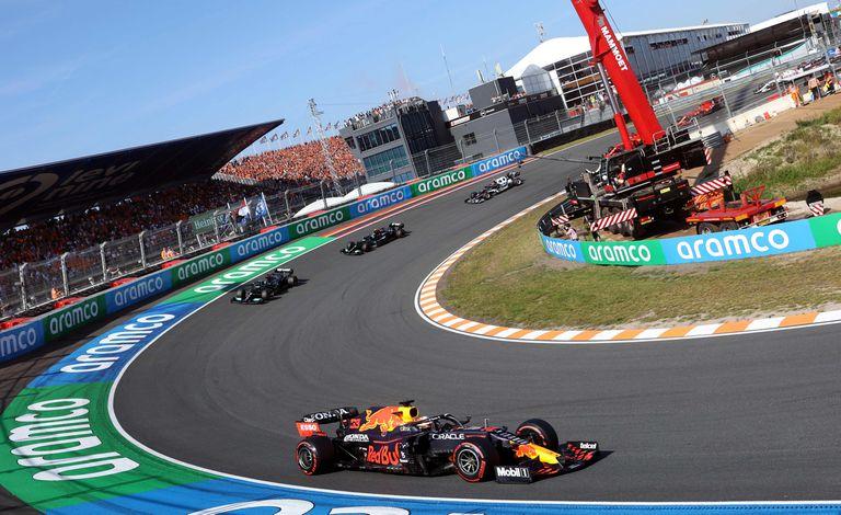 Max Verstappen, lidera la carrera en el circuito de Zandvoort