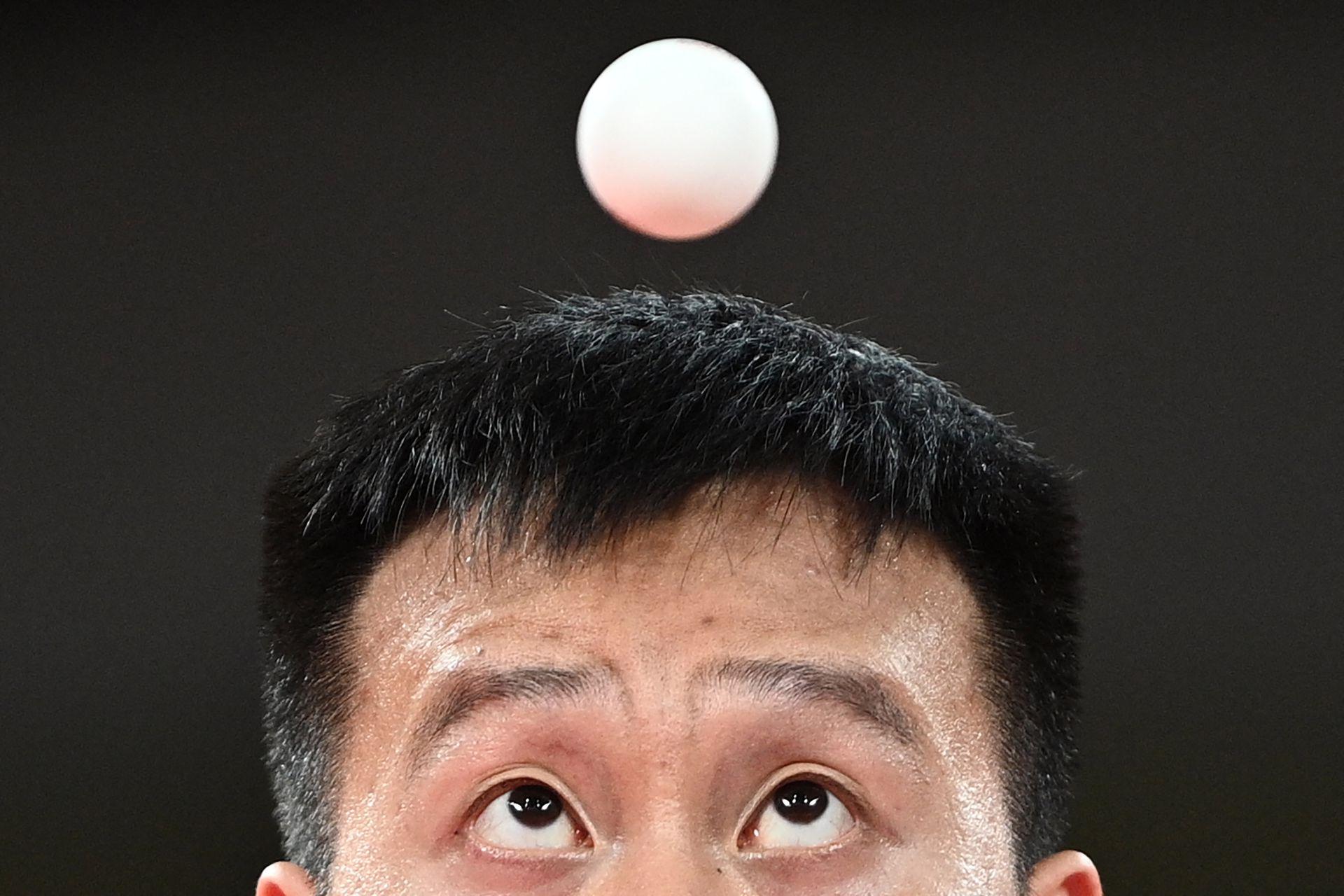 Yang Wang de Eslovaquia compite contra Dave Powell de Australia durante su partido de tenis de mesa de la segunda ronda de individuales masculinos en el Gimnasio Metropolitano de Tokio durante los Juegos Olímpicos de Tokio 2020 en Tokio el 26 de julio de 2021