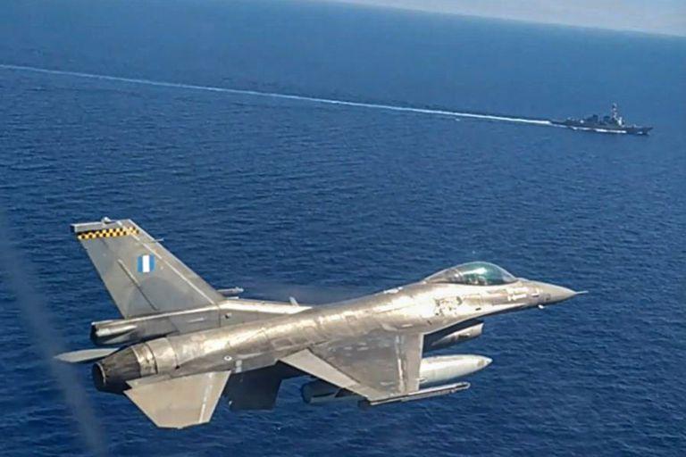 Un avión de combate F-16 y un buque participan en un ejercicio militar greco-estadounidense en el mar Mediterráneo oriental al sur de Creta, el 24 de agosto pasado