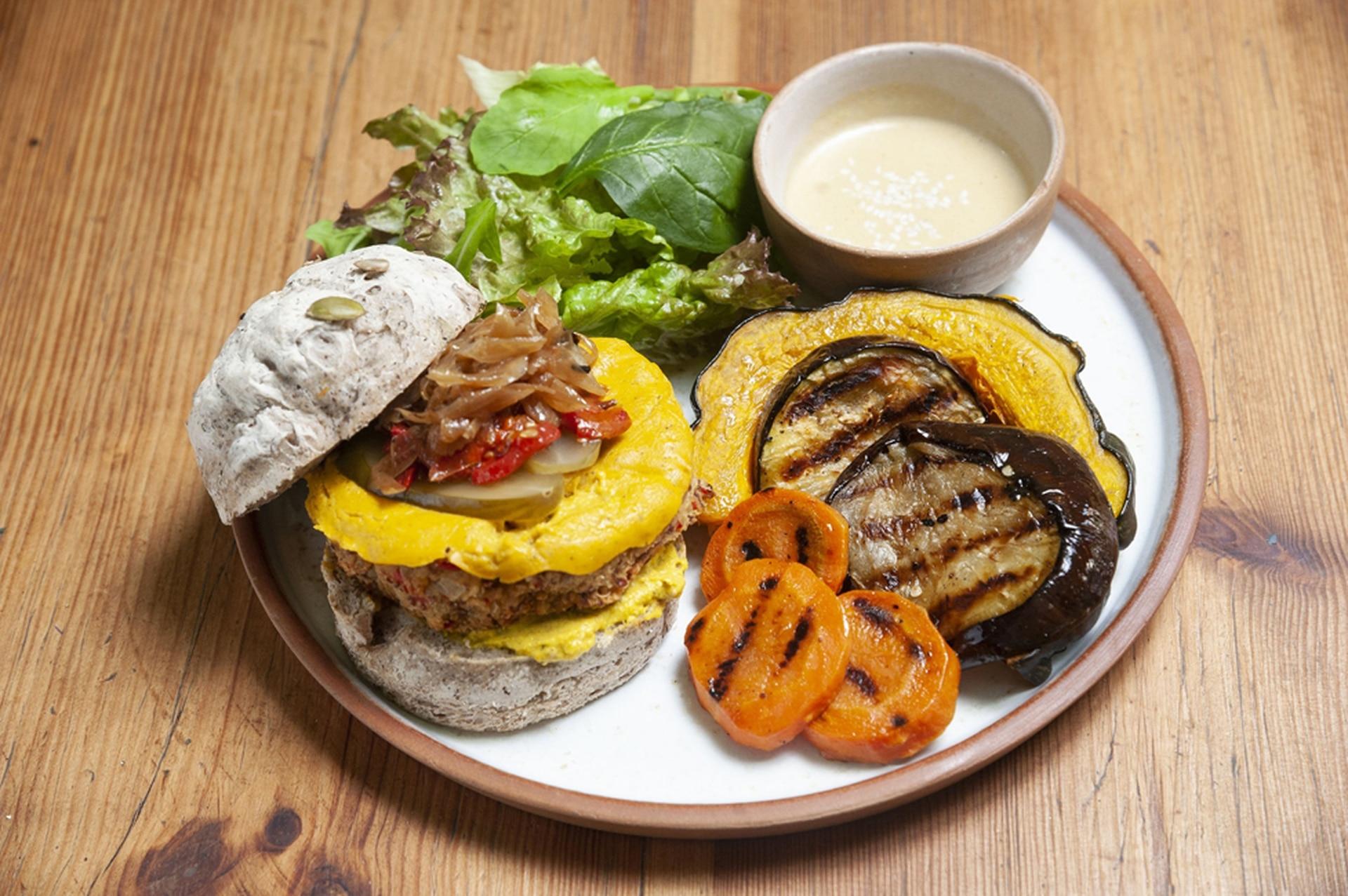 Hamburguesa vegana con vegetales de estación en Eggs&Greens