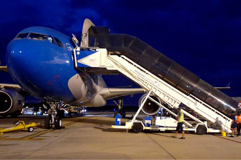 El avión listo para volar con destino a la ciudad de Moscú, que traerá al país nuevas dosis de la vacuna Sputnik V