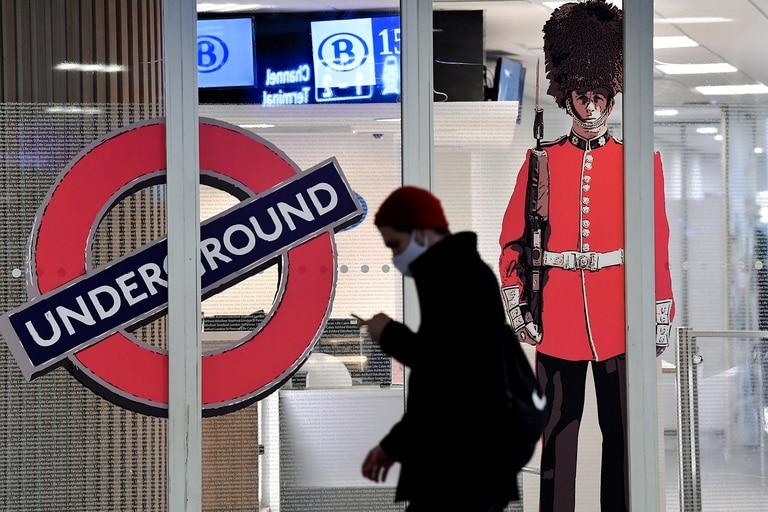 Un hombre pasa frente a la entrada cerrada de la terminal Eurostar en Bruselas, el 21 de diciembre de 2020, después de que varios países comenzaran a cerrar sus fronteras a los viajeros del Reino Unido por una nueva cepa de coronavirus