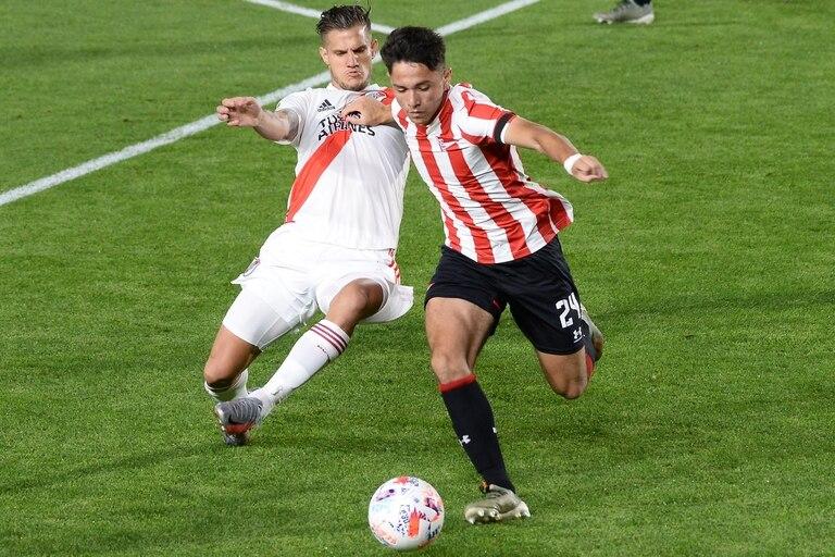 David Ayala, de Estudiantes, disputa la pelota con Bruno Zuculini, de River.