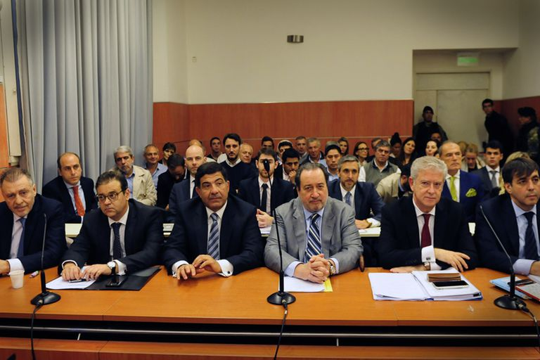 Cristóbal López, Ricardo Echegaray y Fabián De Sousa, junto a sus abogados, en una audiencia del juicio penal
