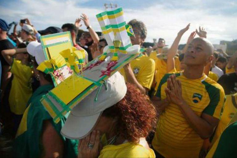 Las celebraciones populares coparon las calles de una Brasilia militarizada