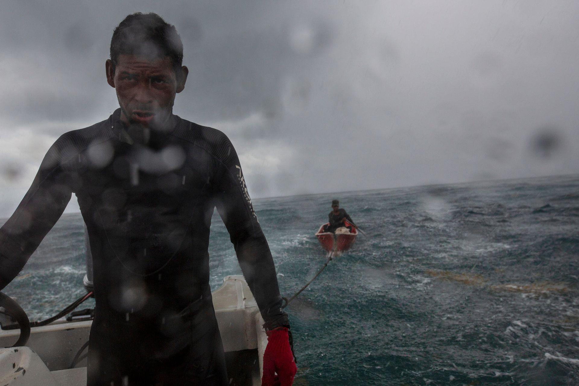 Un pescador durante una fuerte tormenta en el Cayo Savanna