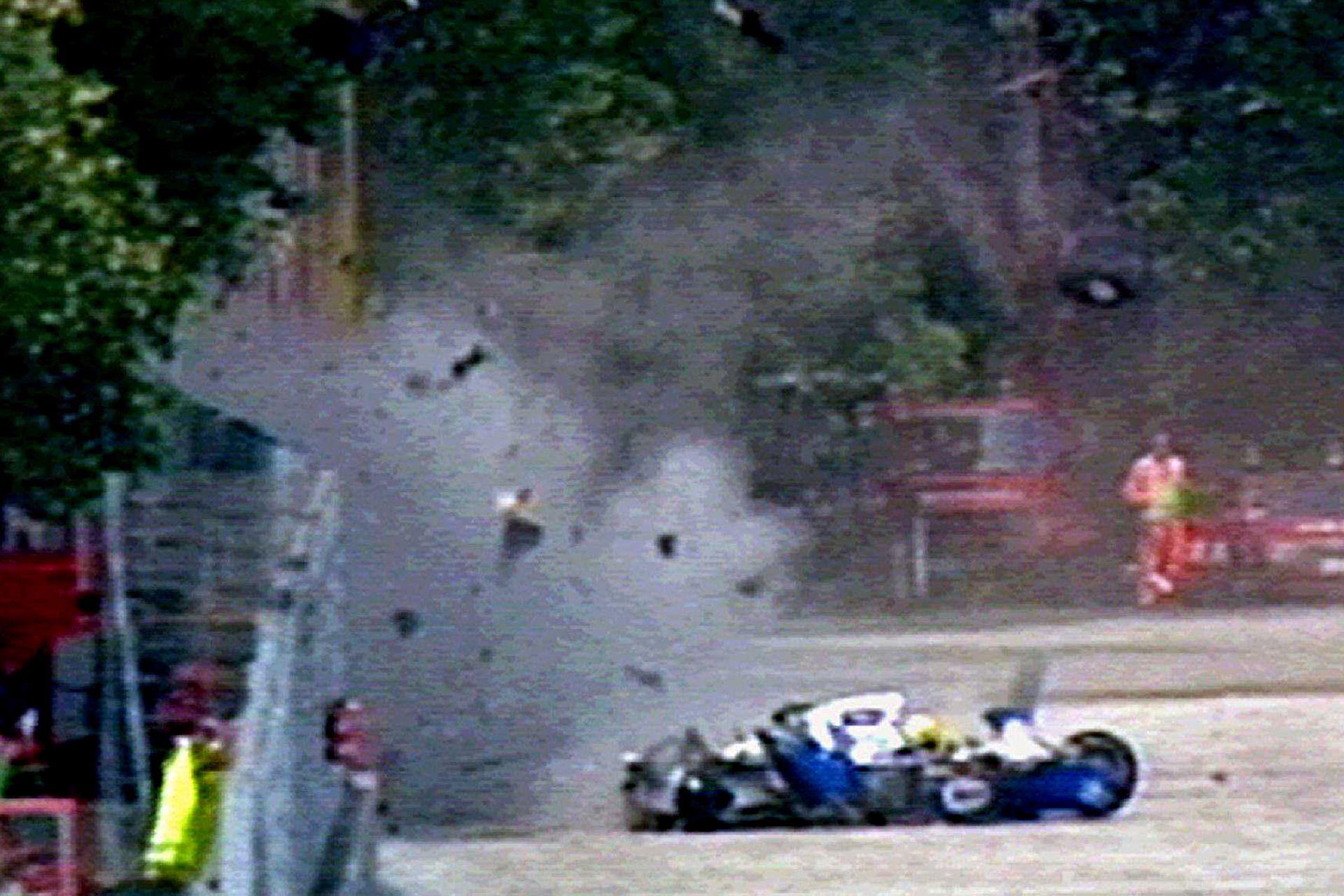 Restos del automóvil Williams-Renault salen despedidos por el aire, luego de que el brasileño se estrellara a gran velocidad en la séptima vuelta del Gran Premio de San Marino. Senna murió como resultado de las heridas provocadas por el impacto, el 1 de mayo de 1994