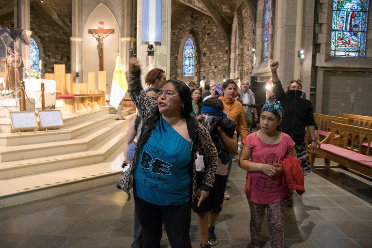 Un grupo de manifestantes ingresó a los gritos en la catedral de Bariloche