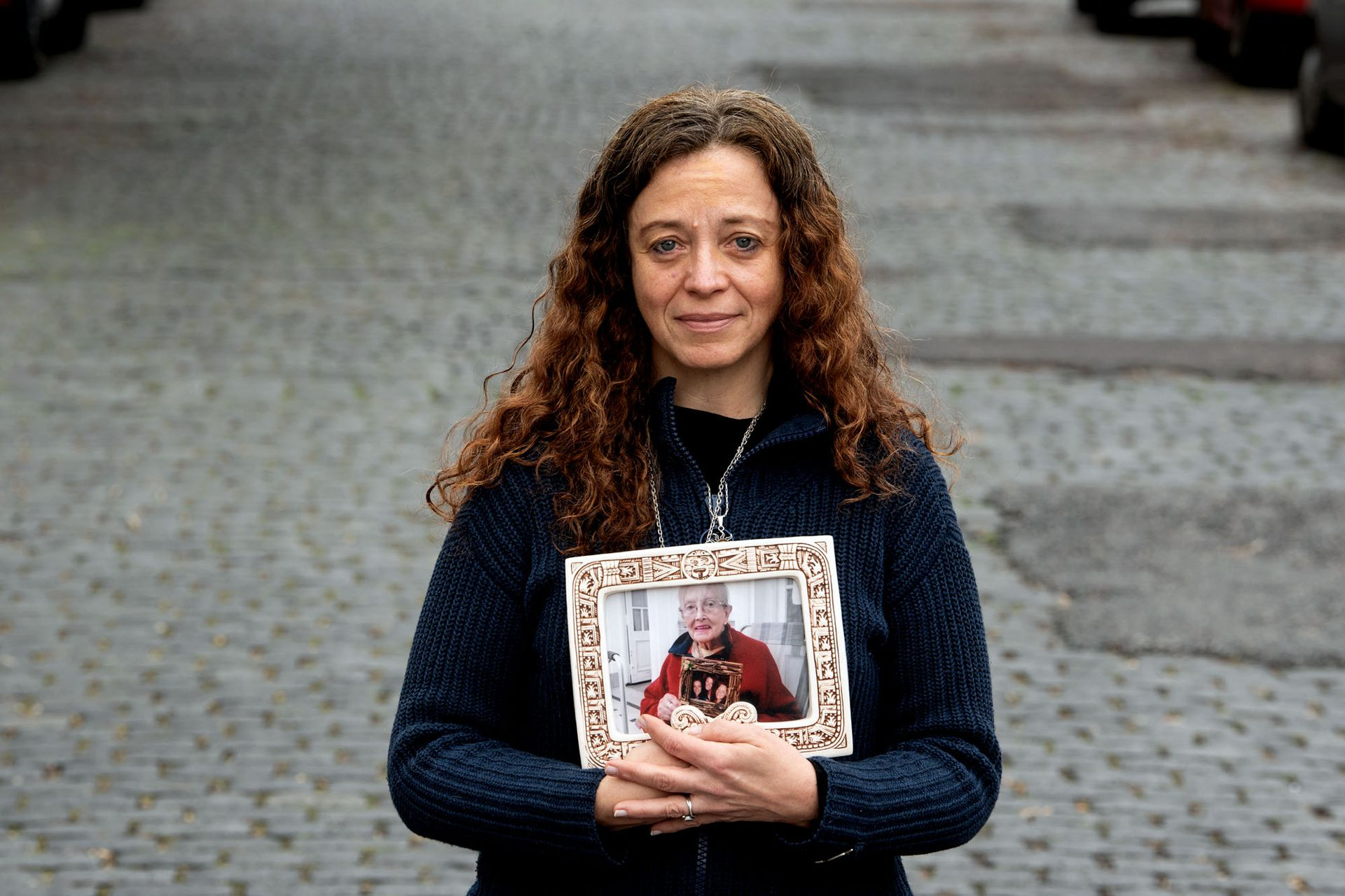 Fernanda Mariotti posa con la foto de su mamá