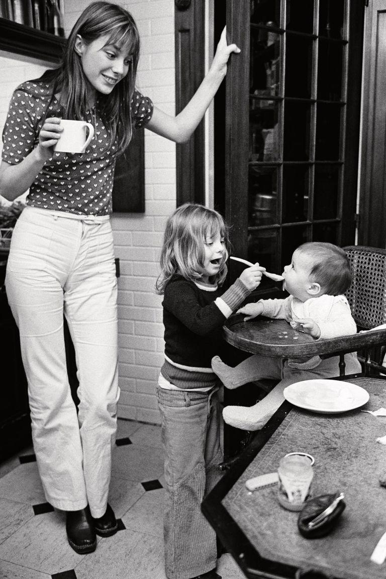 En su casa de París, Jane disfruta viendo cómo Kate le da de comer a su hermana menor, Charlotte.