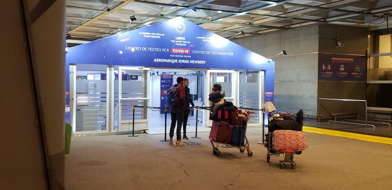 La estación porteña recibe vuelos internacionales y los test obligatorios los hace el polémico laboratorio.