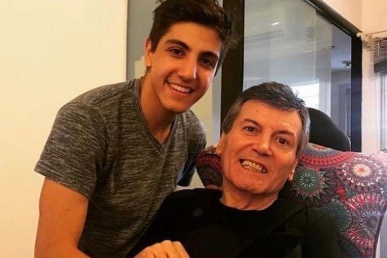Carlos Calvo junto a su hijo mayor, Facundo, quien le dedicó emotivas palabras en el día de su despedida a través de las redes sociales