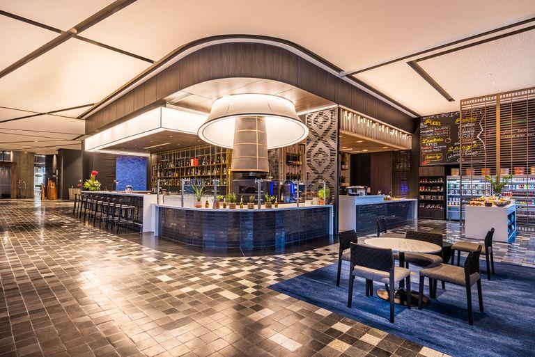 El hotel ofrece un bar market con salida directa al centro de convenciones