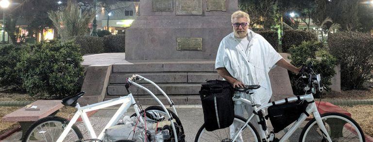 La historia del artista argentino que regala bicicletas de noche por la ciudad