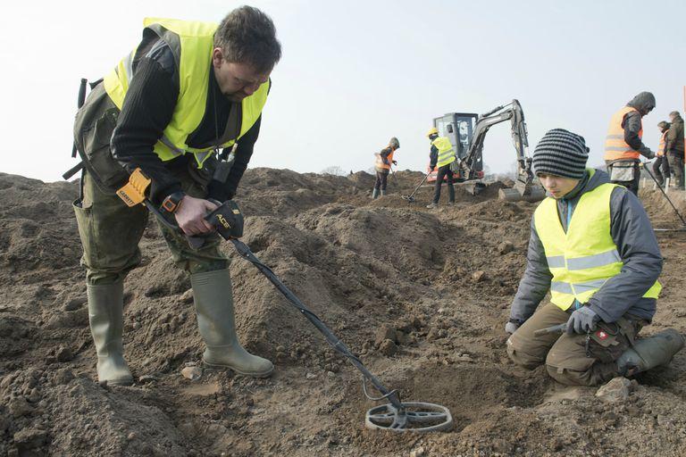 Arqueólogos durante la excavación en Ruegen