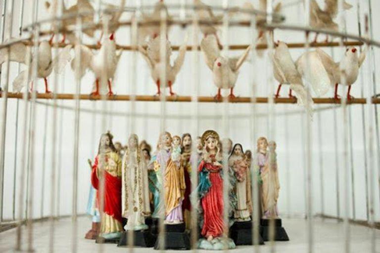 """Jaula con palomas de plástico y figuras de santos de la serie """"Ideas para infiernos"""", 2004, Colección Familia Ferrari"""