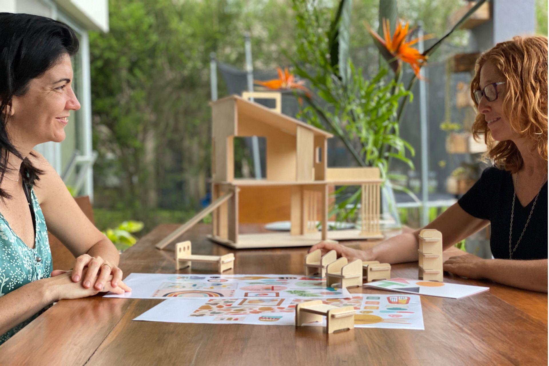 Vanina Janin y Jimena Soldo son amigas y socias en Kota, un emprendimiento que ofrece casitas de madera para jugar.