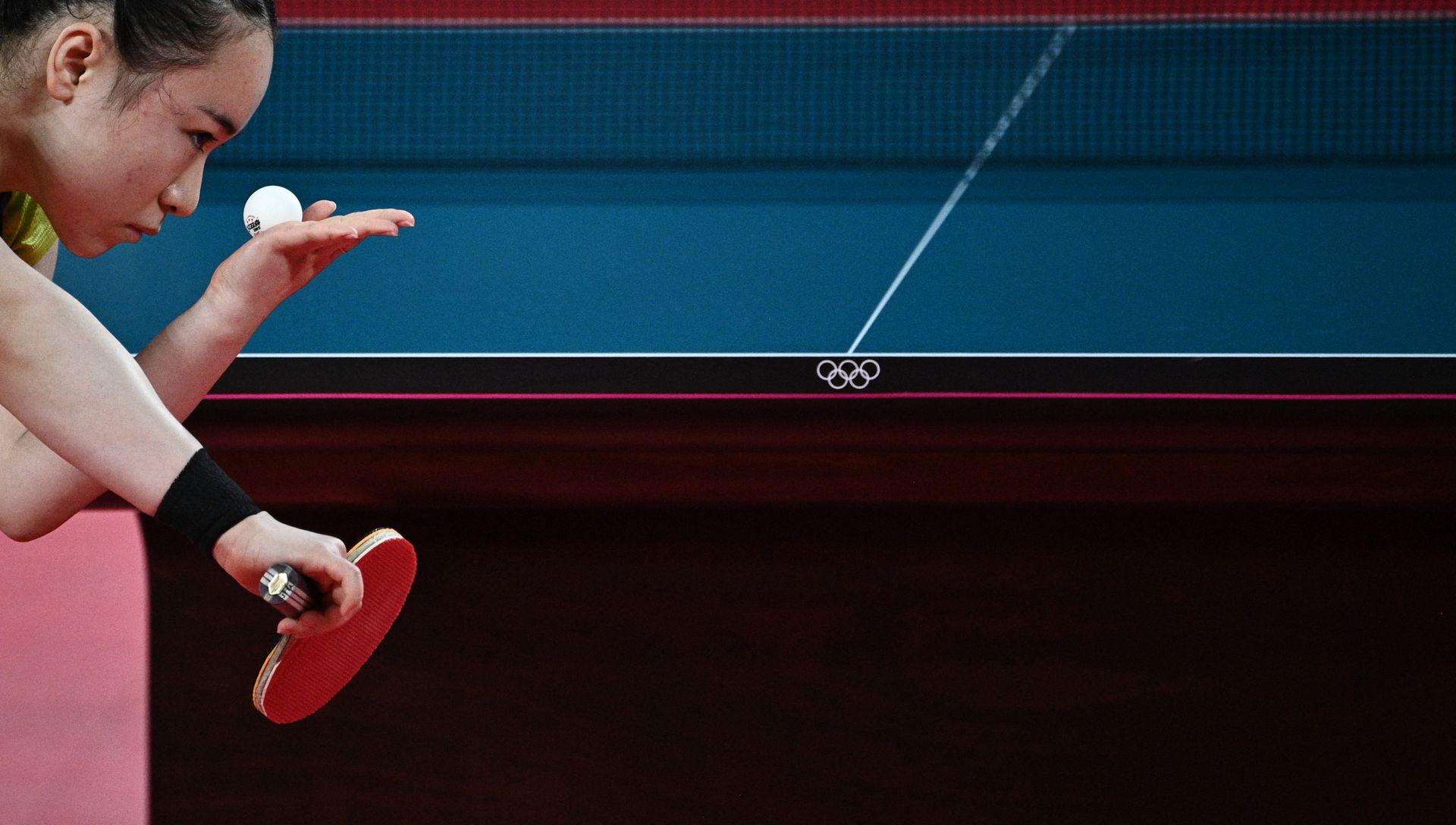 Mima Ito de Japón sirve a Sun Yingsha de China durante su partido de tenis de mesa de semifinales individuales femeninos