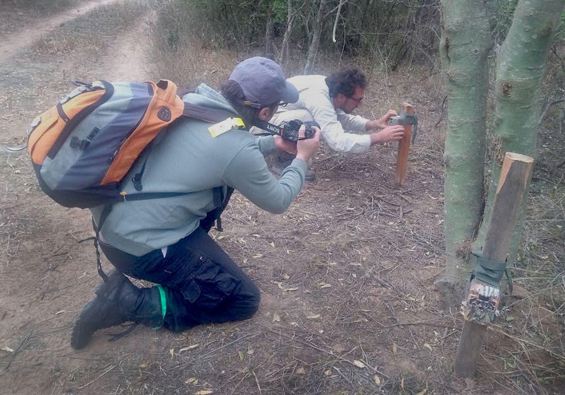 Cerón revisando la instalación de una de las cámaras.