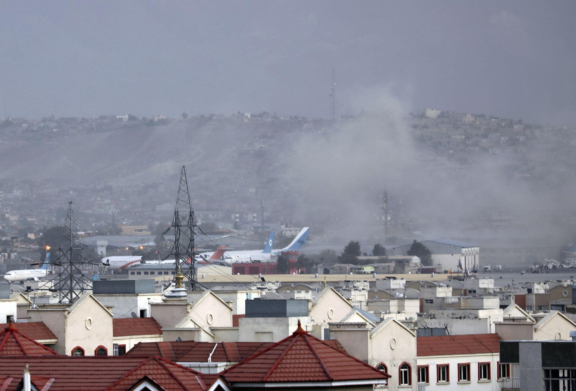 Vista de la columna de humo que dejó la primera explosión