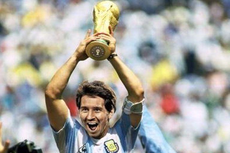Una imagen soñada: Lionel Messi levantando la Copa Mundial, tomada de una real: Maradona con el trofeo en México 86.