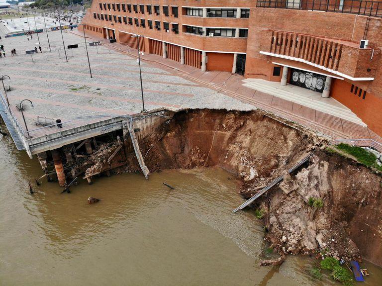 Impactantes imágenes tras el derrumbe de la barranca en el centro de Rosario
