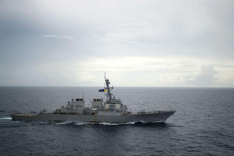 El buque guerra estadounidense, Decatur, cerca de las islas reclamadas por Pekín, en el disputado Mar de China Meridional