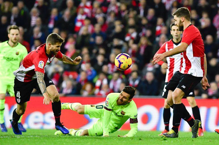 Messi recibe una falta en el duro partido con el Athletic Bilbao