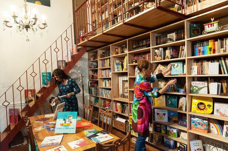 La editora Bettina Cositorto y la diseñadora Selva Bianchi, en la librería que abrieron hace quince días en Constitución y Sánchez de Loria