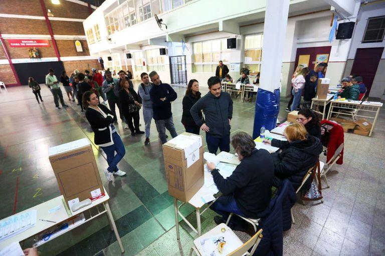 Sobre la hora. Muchos seguían en la fila minutos antes del cierre de la votación
