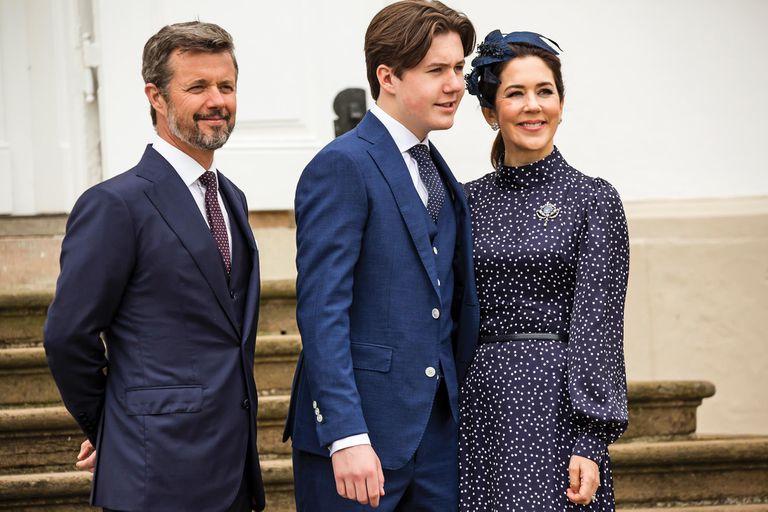 Antes de confirmarse en la fe luterana, Christian posó para los fotógrafos junto a sus padres, los príncipes Federico y Mary, quienes no podían ocultar su orgullo en un día tan especial.