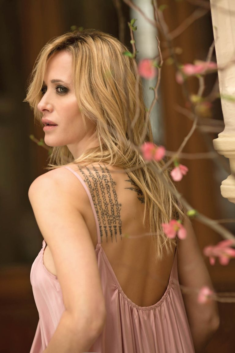 """Sobre su piel tiene tatuajes tailandeses de protección, entre ellos cinco rezos """"impresos"""" en su omóplato izquierdo."""
