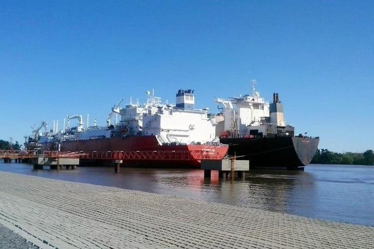 El Exemplar, de la empresa Excelerate, estuve emplazado 10 años en el puerto de Bahía Blanca, donde se regasificaba el GNL que importaba el país para suplir la caída en la producción local