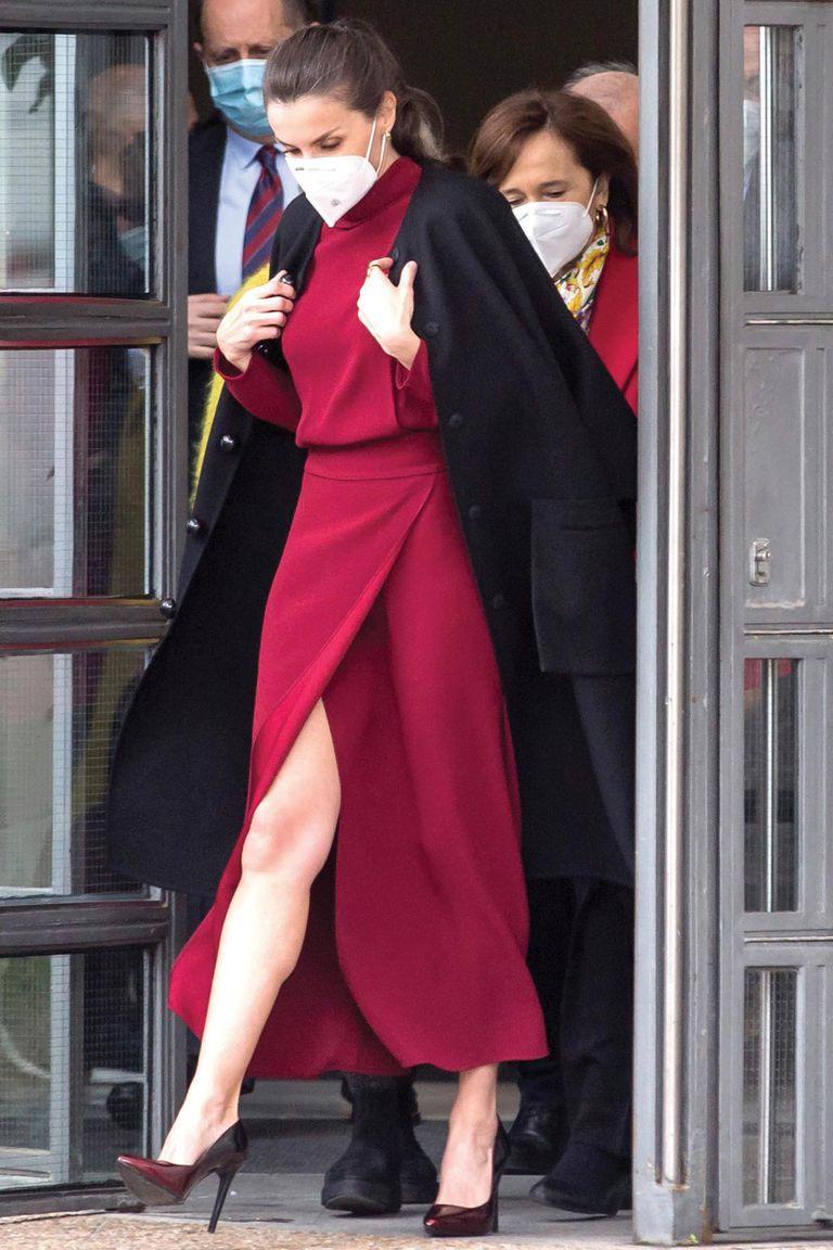 Desde que bajó del avión hasta entrada la tarde, cuando terminó el coloquio sobre educación, se mantuvo con el mismo outfit minimalista: un vestido de corte midi de Massimo Dutti que complementó con un cinturón-faja de Burberry y unos stilettos nuevos de Magrit.
