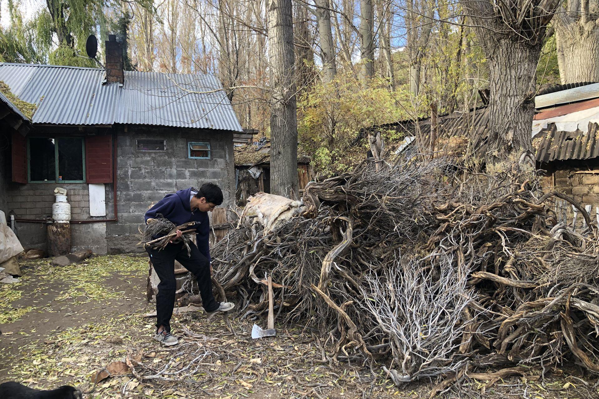 Durante el invierno, Tiziano es el encargado de cortar la leña para mantener siempre calefaccionada la casa y cocinar