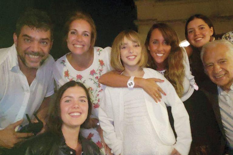 Cormillot con su mujer, May, sus tres hijas, Ema, Zoe y Abril –las mellizas son fruto de su matrimonio anterior– y Alberto y su mujer, Estefanía Pasquini.