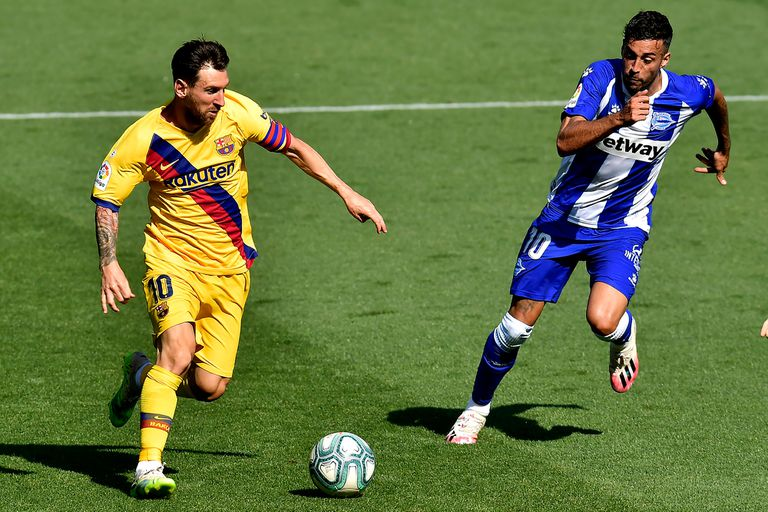Lionel Messi busca entrar en el área rival ante la marca de Camarasa; el rosarino se consagró máximo artillero por séptima vez en la Liga