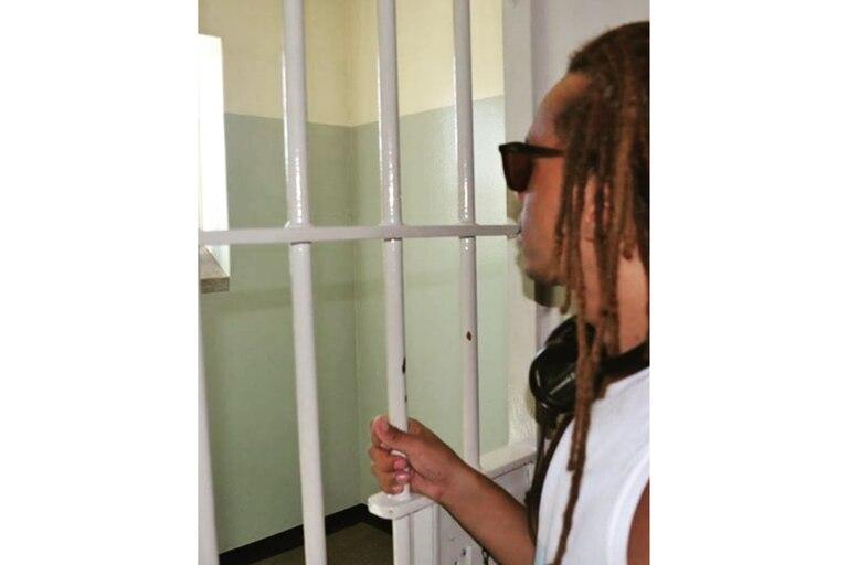 Emanuel Ntaka visitando la celda en la que Nelson Mandela fue encarcelado en 1964