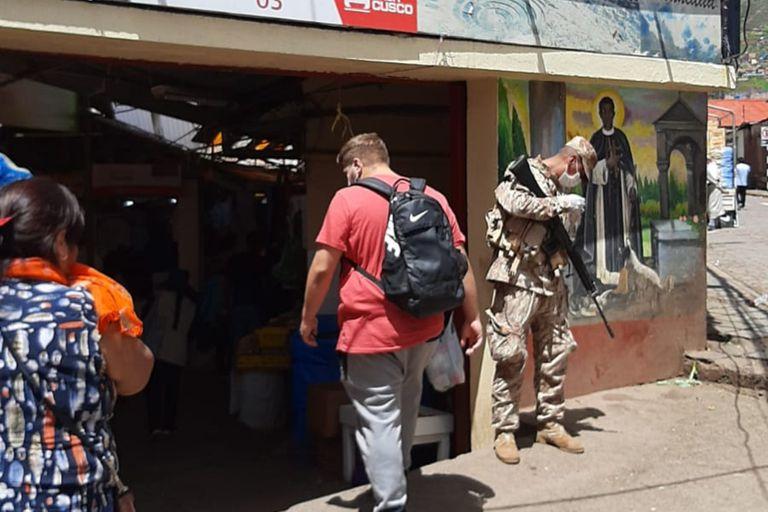 En las calles de Cusco hay policías y militares armados custodiando la cuarentena