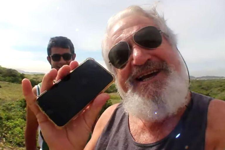 Galiotto junto a su iPhone recuperado, tras localizarlo con el GPS del teléfono
