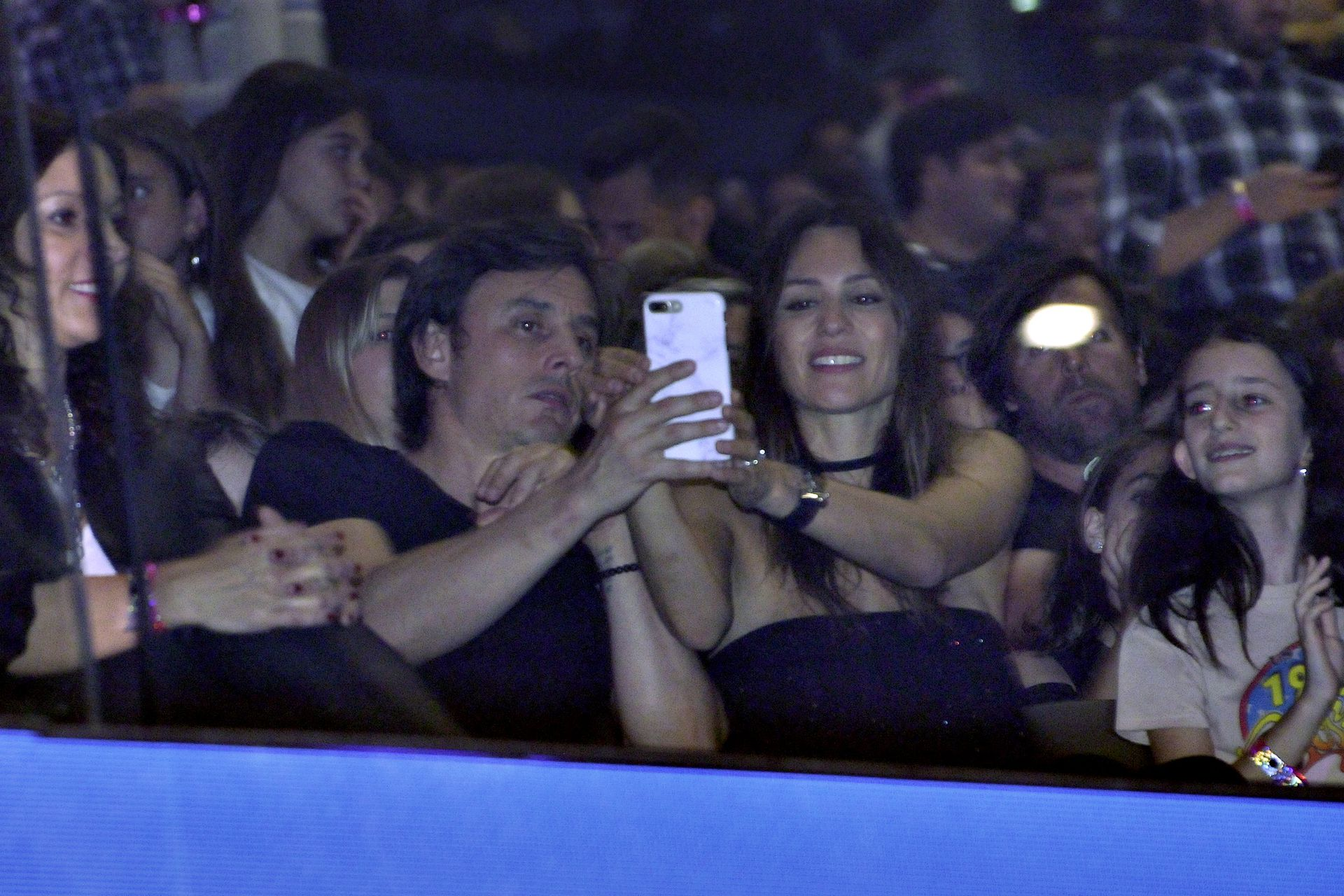 Pampita Ardohain y su novio, Roberto García Moritán, durante el show de Tini