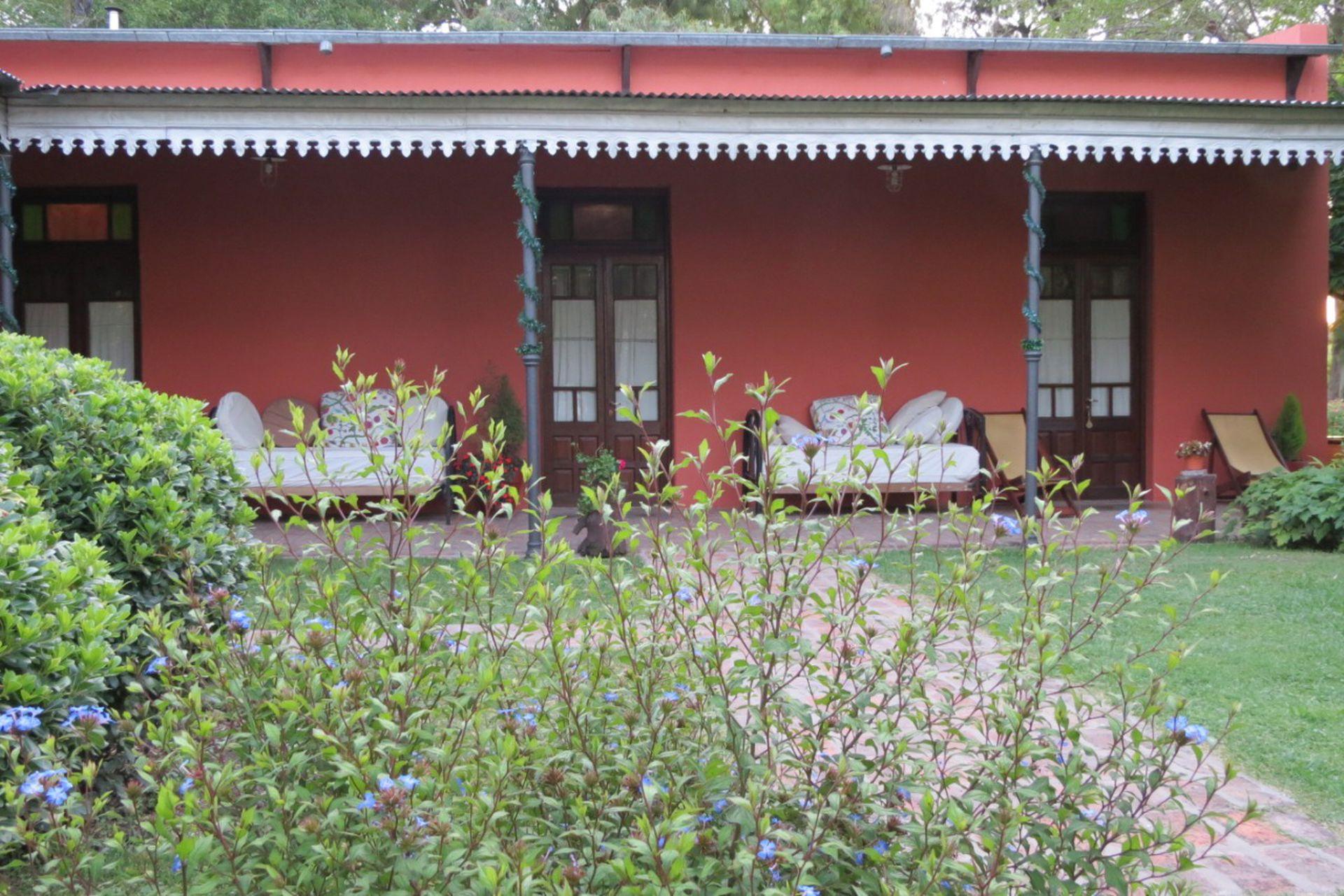 La galería con sillones frente al jardín de Les Aldudes.